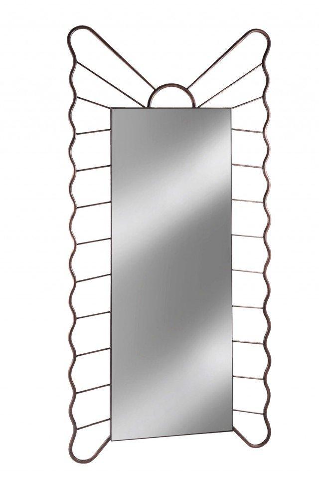 Ricorda la forma di una farfalla stilizzata la grande specchiera da terra Filicudi di Barel; la cornice è interamente realizzata in ferro pieno forgiato a mano secondo antiche tradizioni. Misura L 102 x H 216 cm.  www.barel.it