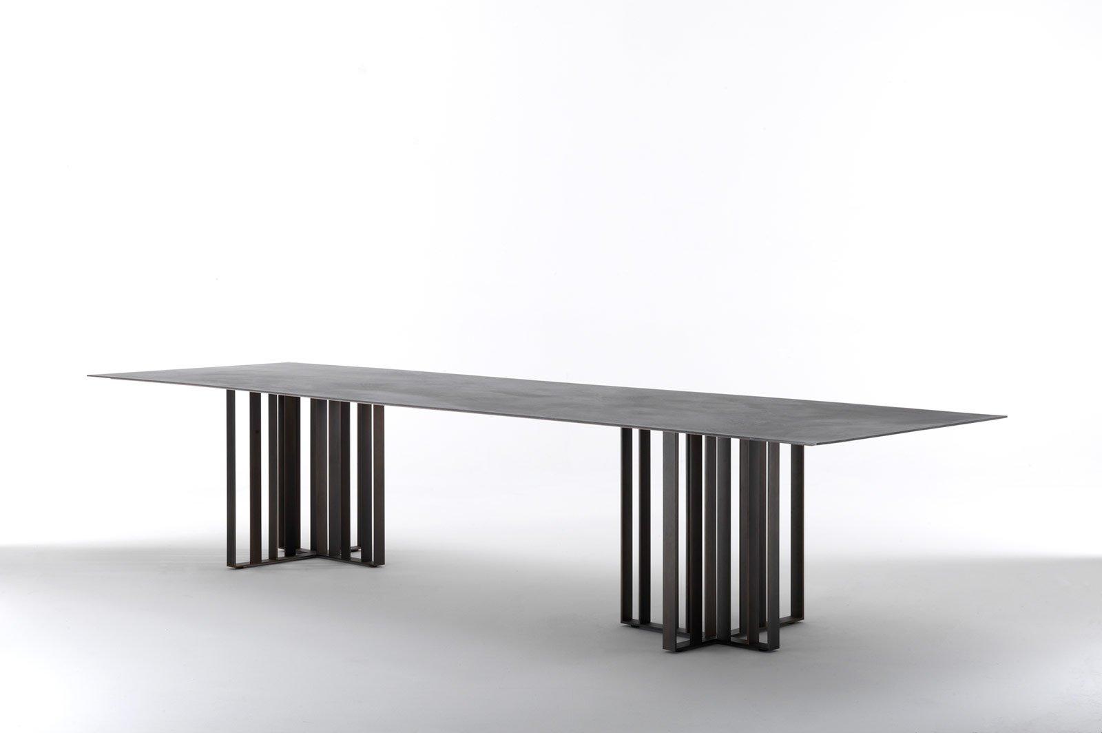 Tavoli con struttura in metallo dal salone del mobile for Mobili in metallo