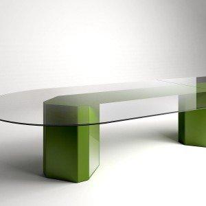 La base a forma di ottagono di Akim di Gallotti & Radice è il fulcro del tavolo: è interamente rivestita in cristallo colorato verde acido, ma è disponibile anche nella versione specchiato. Il top è realizzato in cristallo extralight bisellato. Misura L 560 x P 120 x H 74 cm. www.gallottiradice.it