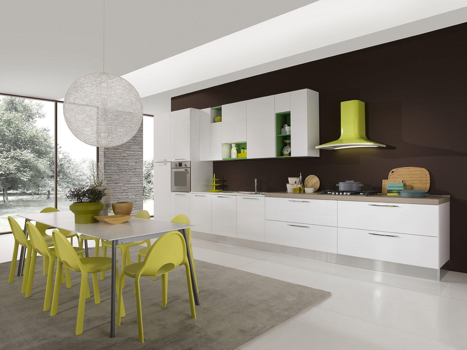 un dosato equilibrio di pieni e vuoti caratterizza la composizione in linea della cucina in