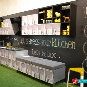 La cucina che si trasforma: il modello Cover di Aran Cucine ha le ante accoppiate a pellicole magnetiche resistenti e lavabili che si rinnovano tutte le volte che si vuole.