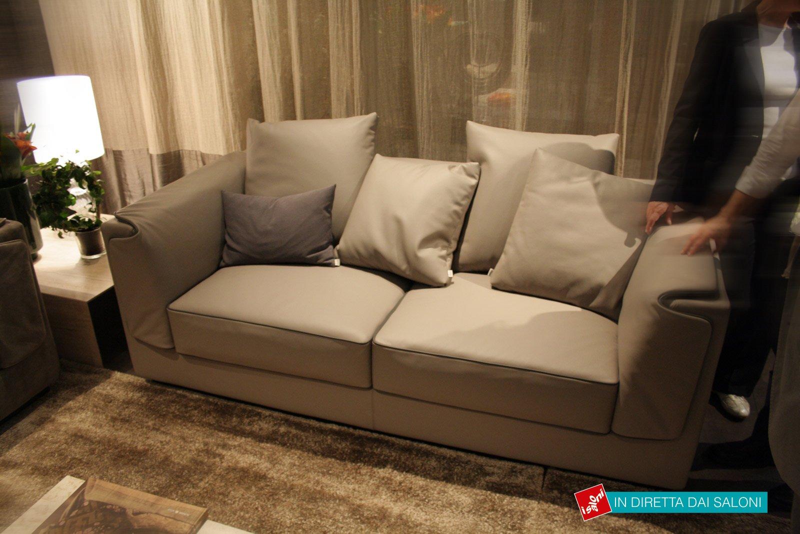 I nuovi divani in linea presentati al salone del mobile for Divano letto grande