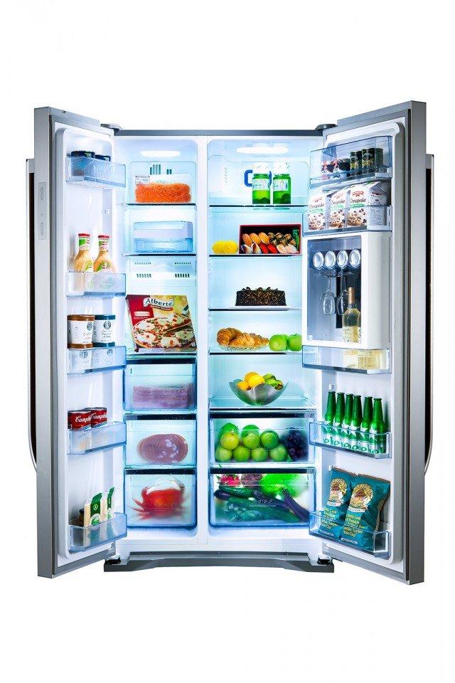 RC-76 di Hisense offre 562 litri di capacità netta e ha sistema di raffreddamento Total No Frost, che automatizza lo sbrinamento freezer. Il controllo della temperatura e l'attivazione delle diverse funzioni avvengono tramite un display touch-screen retroilluminato LED che, posto sul fronte del pannello, permette di interagire con il frigorifero tramite un semplice tocco. In classe energetica A+, misura L 91,2 x P 72,5 x H 176 cm. Prezzo 899 euro. www.hisenseitalia.it