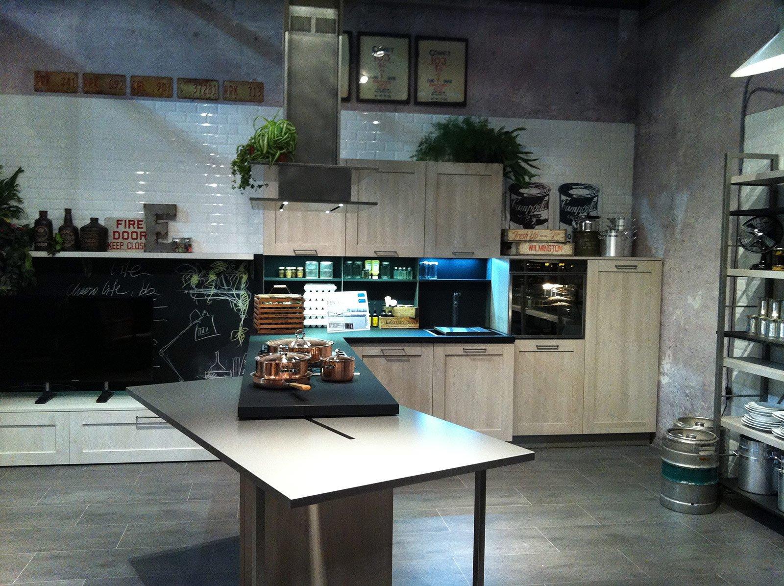 Cucina living con penisola completa di tavolo scorrevole rotante ...