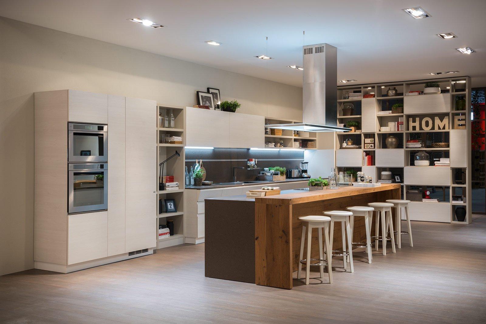 ISOLA AL CENTRO per la cucina Motus che alla zona cottura affianca un ...
