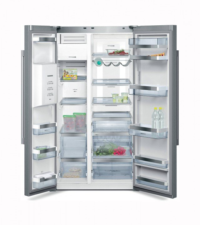 Il frigo-congelatore side by side KA62DP91 di Siemens ha la porta attrezzata con dispenser per acqua, per ghiaccio tritato o a cubetti di ghiaccio. In classe A+, ha vano FreshProtectBox dove è possibile regolare la temperatura a 4°, 2° o 0° e funziona con tecnologia no frost che previene la formazione di ghiaccio e brina in modo da non dover più sbrinare il freezer. Misura L 91 x P 73 x H 176 cm. Prezzo 2.852 euro. www.siemens.it