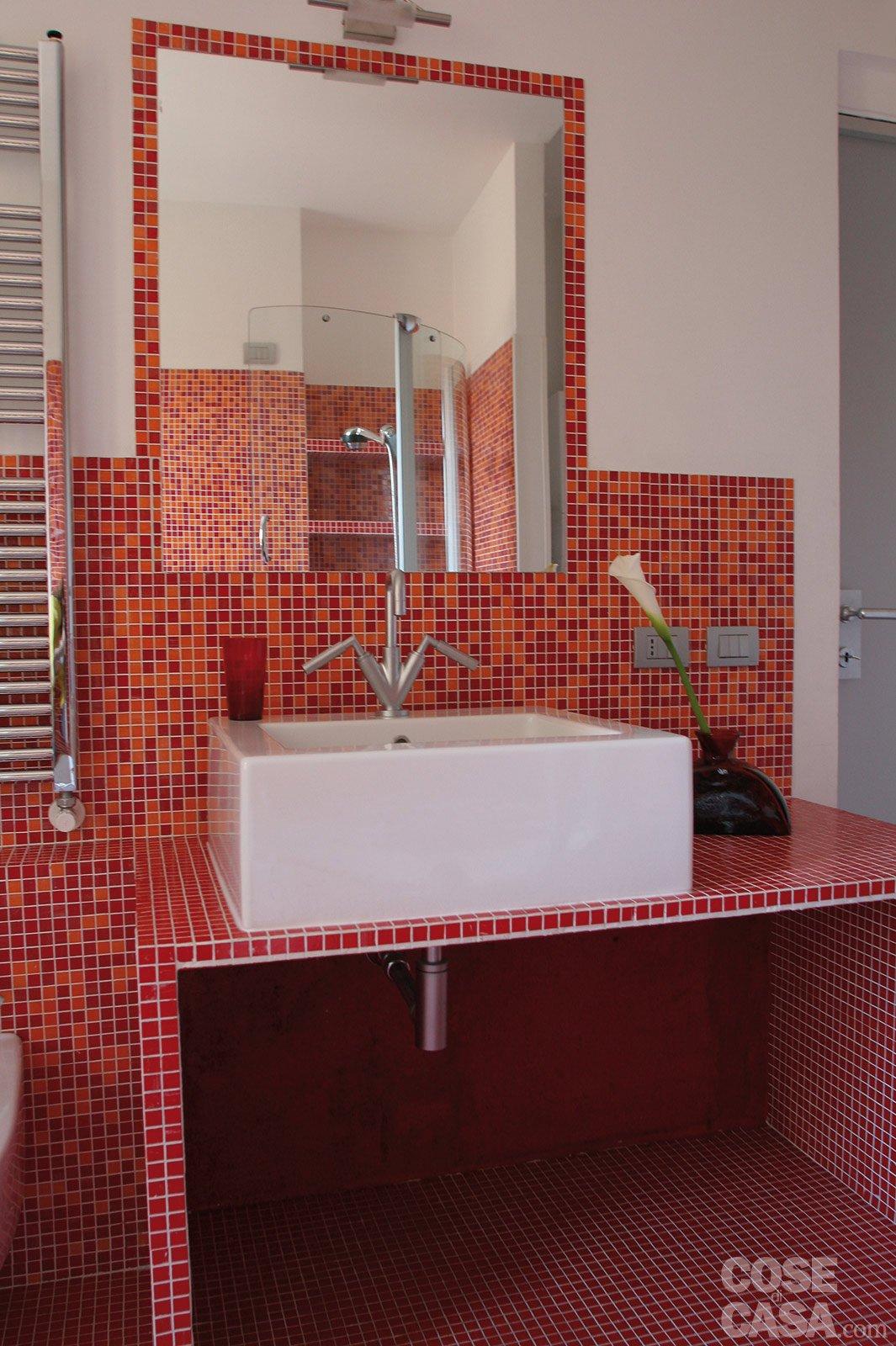 Una casa di 55 mq in rosso cose di casa for Bagno rosso