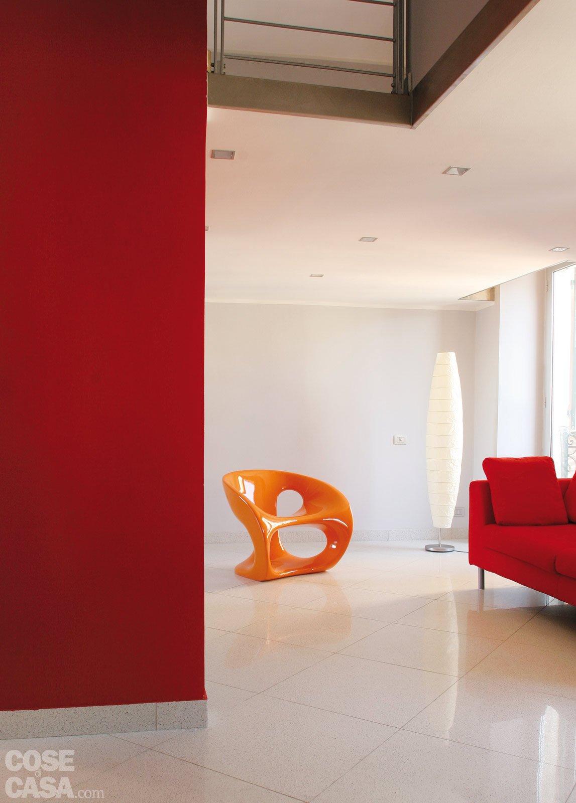 Una casa di 55 mq in rosso cose di casa - Pareti rosse soggiorno ...
