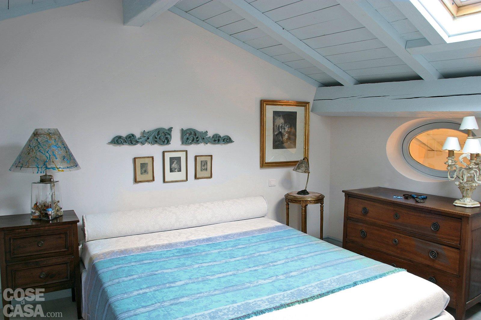 60 mq un sottotetto classico in tonalit pastello cose - Camera da letto con camino ...