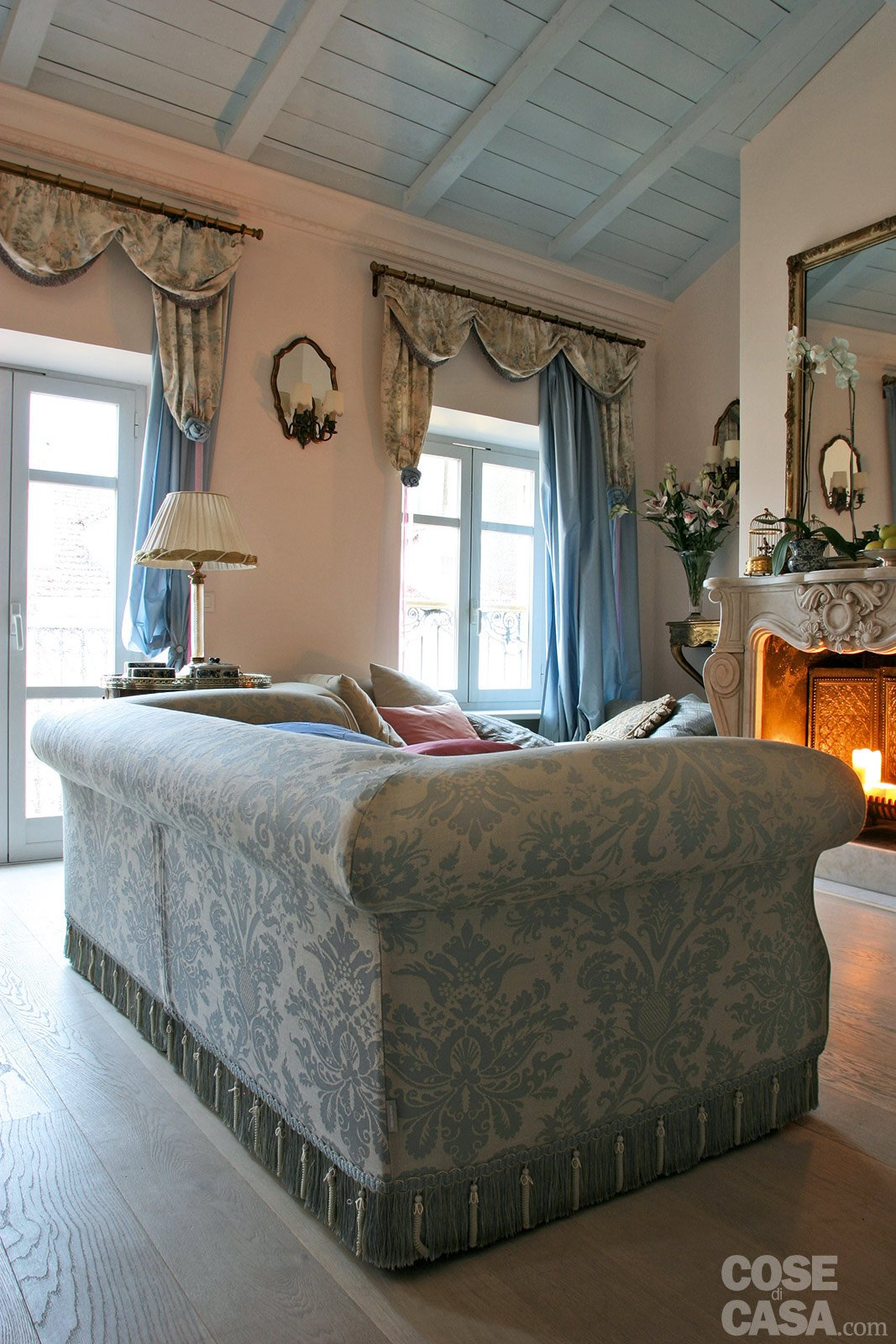60 mq una casa in tonalit pastello cose di casa for Cornice camino gesso