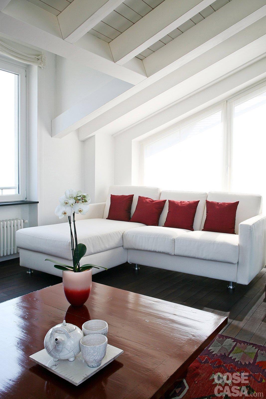 Volumi bianchi in mansarda per avere pi luce cose di casa for Mansarda in legno bianco