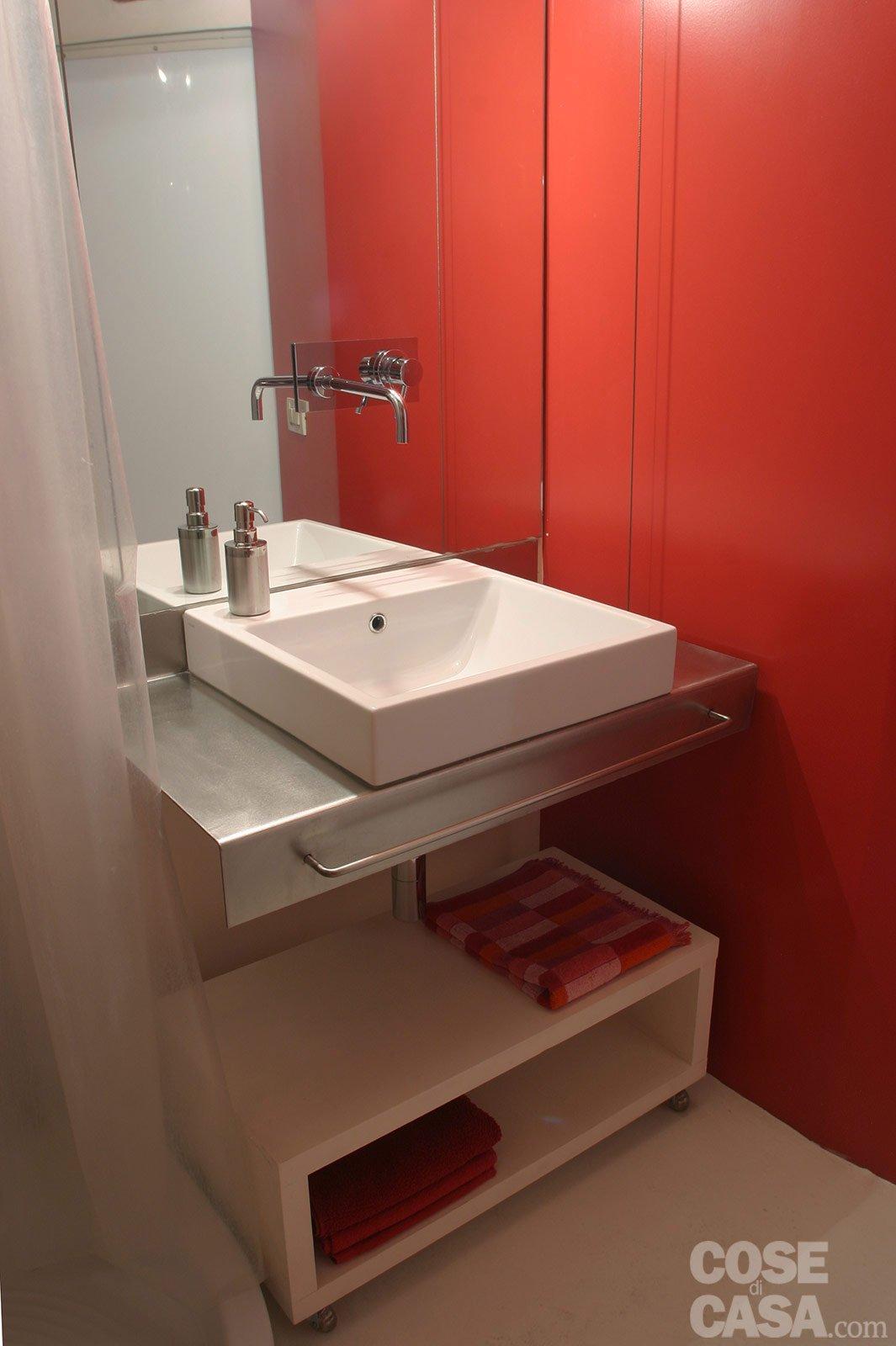 45 mq una casa in bianco e rosso cose di casa - Lavandino bagno ...