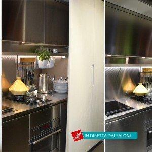 Un po' cucina a vista e un po' cucina invisibile: Yara di Cesar, perfetta anche per le case di dimensioni contenute, abbina l'estetica acciaio di basi e pensili alla finitura in ecocemento delle maxi ante che la chiudono e nascondono, scorrendo ai lati della composizione.
