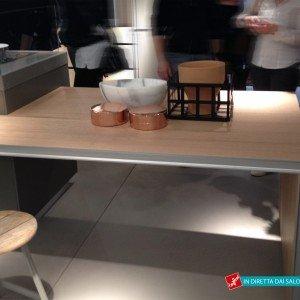 Cucina Evolution di Ernestomeda con tavolo che rientra nel bancone
