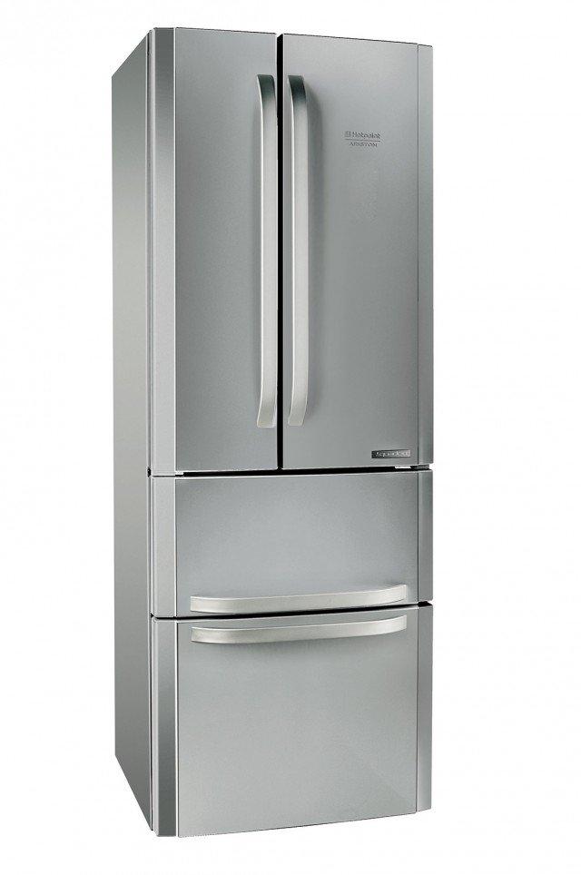 Quadrio E4D AAA XC di Hotpoint-Ariston è un frigorifero con 4 porte,con  lunghe maniglie in acciaio, disegno asimmetrico e spazio in abbondanza fino a 470 litri  di capacità. È dotato di verduriera grande e pratica da aprire e chiudere, che salvaguardia la freschezza di frutta e ortaggi proteggendoli dal raffreddamento diretto. In classe d'efficienza energetica A++, ha freezer con due cassetti indipendenti. Misura L 70 x P 76 x H 195,5 cm. Prezzo 1.049 euro. www.hotpoint-ariston.it