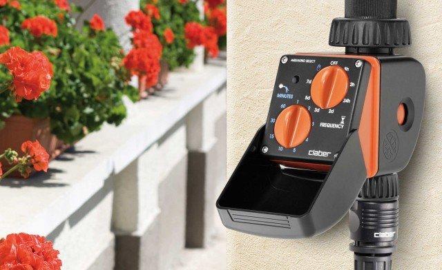 Il programmatore automatico Aquauno Select 8423 si installa direttamente sul rubinetto e funziona con batteria alcalina da 9 V. Si programma ruotando le manopole e impostando tempi e frequenze preferite scegliendo tra 63 soluzioni possibili. Costa 54,90 euro di Claber  www.claber.it
