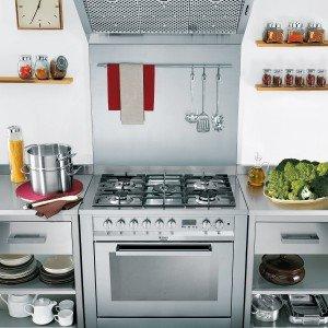 La Cucina CP 98 SEA HA S di Hotpoint-Ariston ha 5 bruciatori gas con accensione elettronica integrata di cui uno a doppia corona con doppia regolazione che consente di cuocere con pentole e tegami di diverse grandezze, grazie alla regolazione della fiamma in modo indipendente su ciascuna corona. Il forno multifunzione con cotture automatiche ha i programmi Automatico Pane, Automatico Pizza, Automatico Dolce, Automatico Carne, Multicottura, Grill, Gratin, Basse temperature (Scongelamento, Riscaldamento, Rapido). Misura L 90 x P 60 x H 85 cm. Prezzo 1.099 euro. www.hotpoint-ariston.it