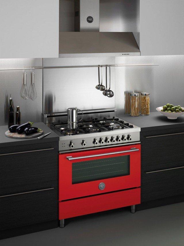 Il monoblocco Professional Dual di Bertazzoni con forno ibrido che può funzionare sia a gas che a elettricità, ha piano cottura a sei fuochi a gas tra cui un bruciatore doppio wok con controlli separati che consentono di regolare la fiamma da intensa a delicata in funzione delle esigenze. E' disponibile nei colori  bianco, crema, rosso, vino, giallo, verde, blu e nero.  Misura L 90 x P 60 x H 88,5-94,5 cm. Prezzo 3.477 euro. www.bertazzoni.com