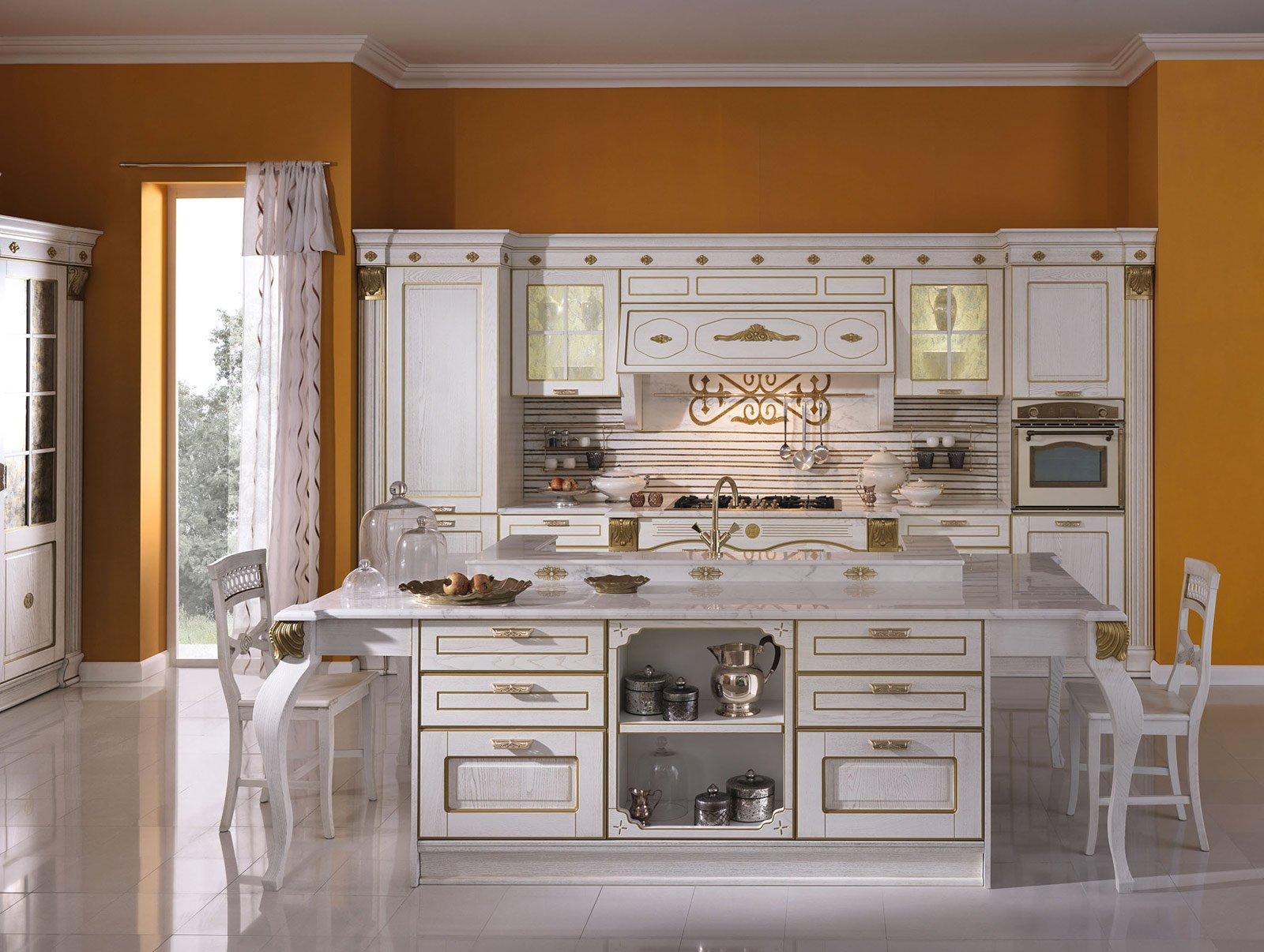 è Impreziosita Da Fregi Oro O Argento; è Interamente Realizzata Con  #70441C 1600 1206 Cucine Classiche Con Capitelli