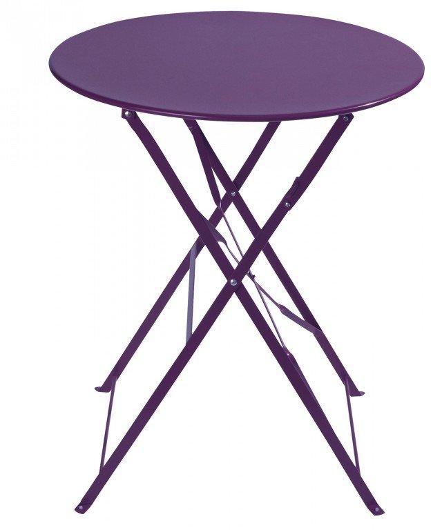 Il tavolino ref. 122238 di Maisons du monde è realizzato in metallo verniciato viola con vernice epossidica opaca e può essere usato anche all'esterno; è pieghevole per ottimizzare lo spazio. Misura Ø 58 x H 72 cm. Prezzo 29,99 euro. www.maisonsdumonde.com