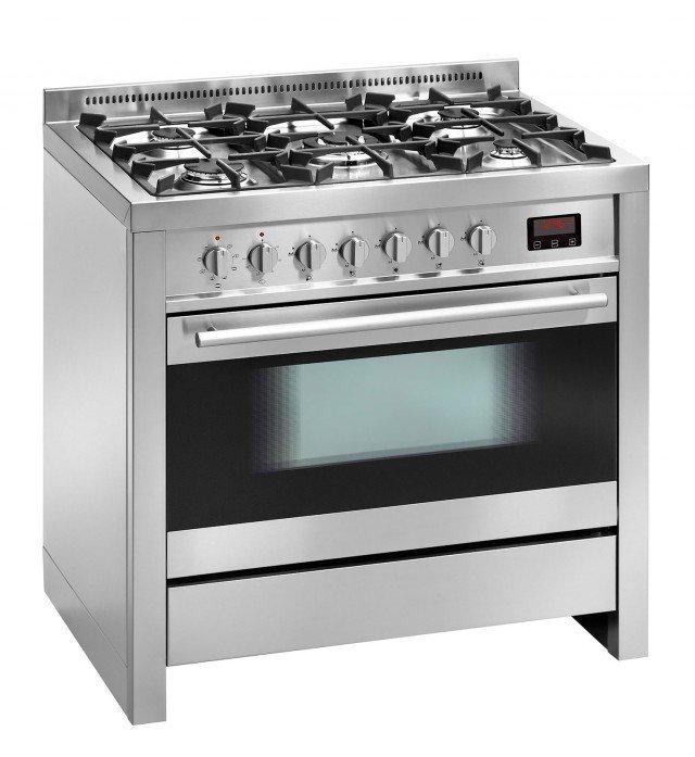 La cucina ZG 55 52 AV XN di Nardi ha 5 fuochi e forno elettrico ventilato a 8 funzioni. Completa di bruciatore a tripla corona, accensione elettronica sulla manopola e griglie in ghisa con gommini antiscivolo e antirumore, ha forno capiente 104 litri con interno in smalto Easy to Clean. È in classe di efficienza energetica A. Misura L 90 x P 60 x H 96 cm. Prezzo 2.211 euro. www.nardi.info