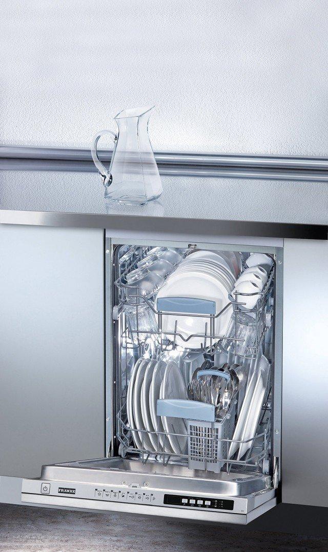 Lava fino a 10 coperti la lavastoviglie compatta da incasso con programmatore elettronico e 8 programmi. In classe di efficienza energetica A+, dispone di tasto 3 in 1. Misura L 44,8 x P 57 x H 86,8 cm. Costa 1.109,60 euro FDW 410 E8P A+ di Franke, www.franke.com