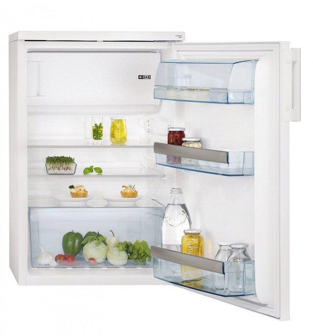 Il frigorifero sottotop in classe A++ dispone di cella frigorifera da 18 litri. Ha temperatura regolabile, sbrinamento automatico, autonomia senza corrente di 12 h. Misura L 60 x P 63,5 x H 85 cm. Costa 490 euro S 71440 TSW0 Santo di Aeg, www.aeg-electrolux.it