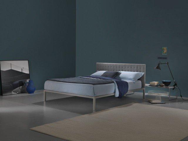 """Il letto Hypnos di Dorelan, della Dorelan Soft Touch Collection 2014, abbina in un unico progetto uno """"scheletro"""" dal disegno asciutto e rigoroso (la struttura in acciaio verniciato) a un """"vestito"""" (il rivestimento tessile) caldo e ricco di dettagli. Parzialmente rivestito e totalmente sfoderabile, il primo è completato da una testiera in poliuretano espanso, trapuntata e disponibile in doppia altezza. Misura L 172 /192 x 211 x H 95/115 cm. Prezzo 1.074 euro. www.dorelan.it"""