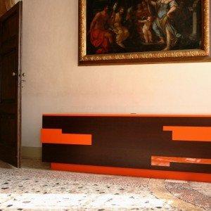 Porta Tv di Luca Scacchetti Produzione Morelato 2008 MObile bifacciale in legno di wengè con cassetti e inserti in policarbonato luminoso (L220 P50 H70)