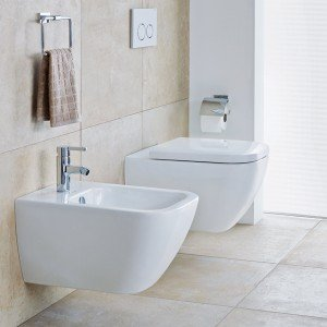 Il vaso e il bidet sospesi Happy D.2 di Duravit in ceramica sanitaria bianca sono a filo muro con bacino di forma rettangolare e angoli arrotondati. Il vaso a cacciata ha scarico a 4,5 litri. Il bidet ha copriforo del troppopieno cromato. Il vaso misura L 36,5 x P 54 cm, il bidet L 35,5 x P 54 cm. Prezzo del vaso 357 euro. Prezzo del bidet 321 euro. www.duravit.it