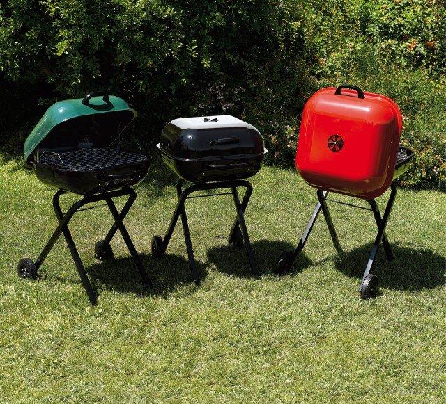 Il barbecue Square 600 di Aussie ha braciere e coperchio in acciaio smaltato e griglia di cottura regolabile su due altezze. Funziona a carbone e una volta piegato è facilmente trasportabile. Misura L 54 x P 70 x H 88 cm. Prezzo 145 euro. www.isignoridelbarbecue.com