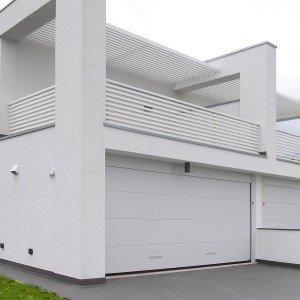 È composto da pannelli coibentati in acciaio zincato preverniciato, il portone sezionale completabile con accessori e che arriva fino a 3,5 metri d'altezza e 6 metri di larghezza. Persus di Breda, www.bredasys.com.