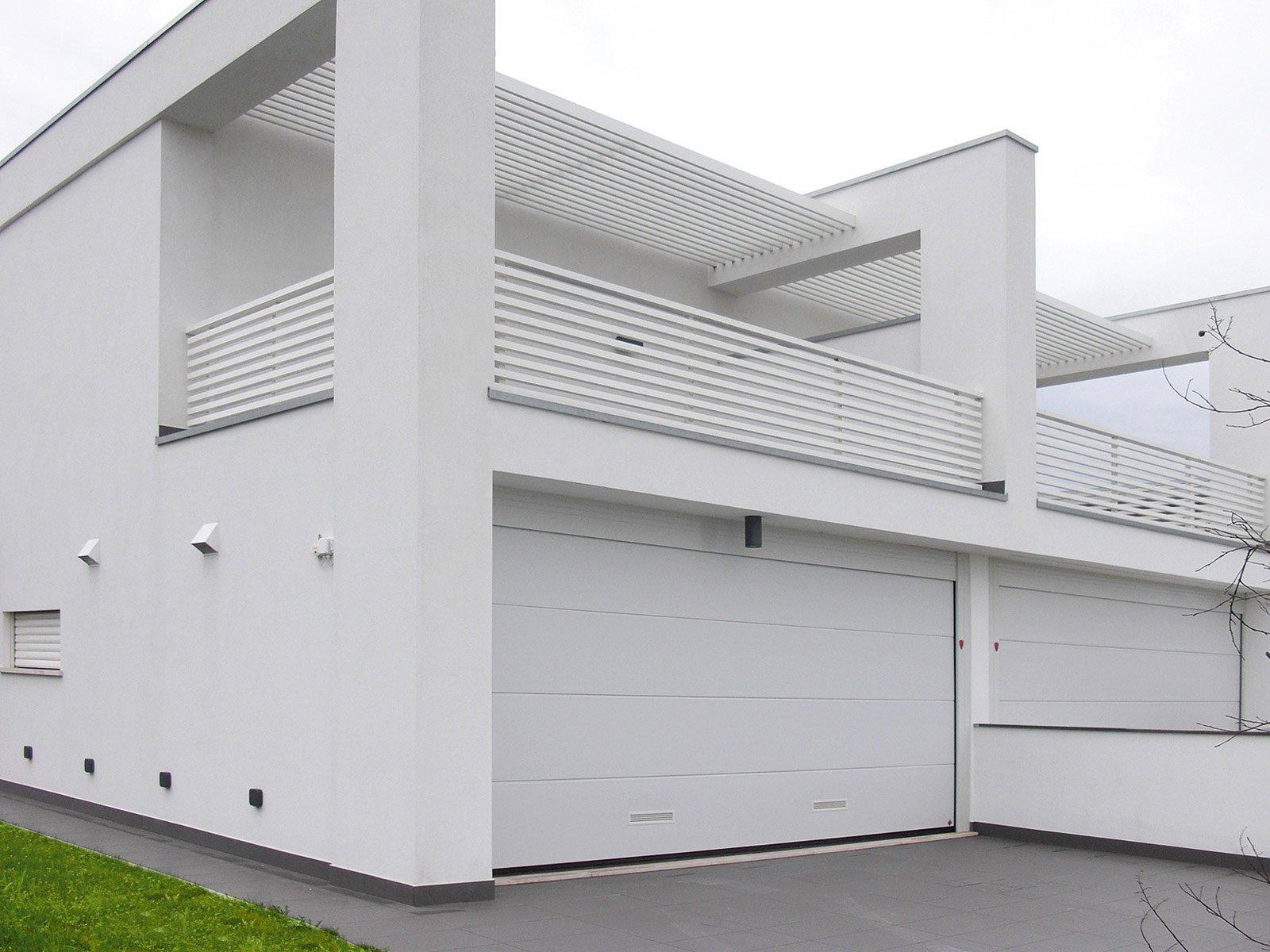 Porte che isolano per una casa che risparmia energia for Hormann sezionali