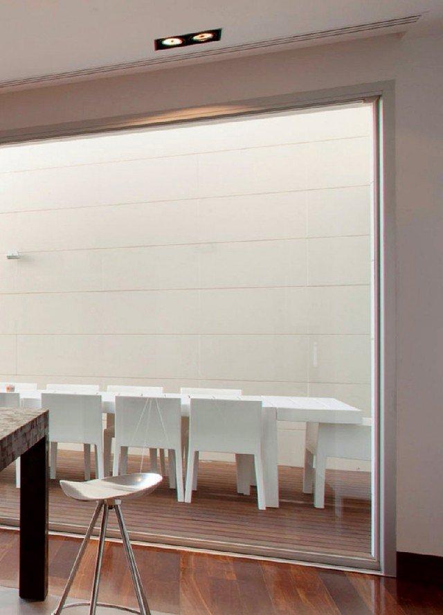 Il serramento in pvc Top 90 di Finstral con telaio di 90 mm, profilo anta Step-line a sette camere e vetro bassoemissivo ha valore Uw di 0,82 W/m²K.www.finstral.com.