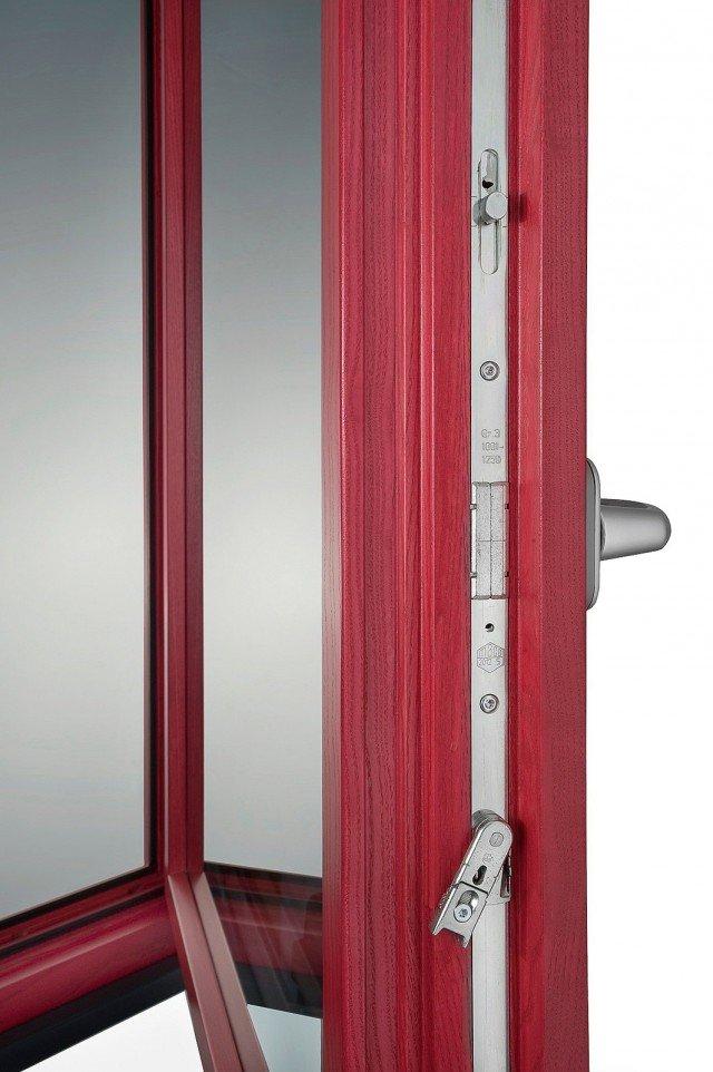 Con battente di sezione 80 x 92 mm e telaio 78 x 92 mm, più doppia guarnizione e doppi vetri, l'infisso Omero di Navello in legno ha valore Uw 0,90 W/m2K. Ha telaio di dimensioni maggiori rispetto a quelle dei vecchi modelli, doppie guarnizioni e alloggiamento adatto per vetrocamere efficienti. www.navello.it