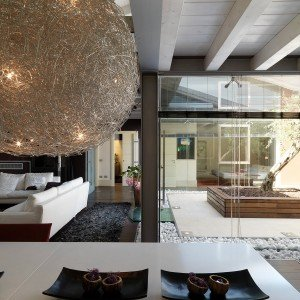 Una casa con un patio centrale che illumina e collega - Cose di Casa