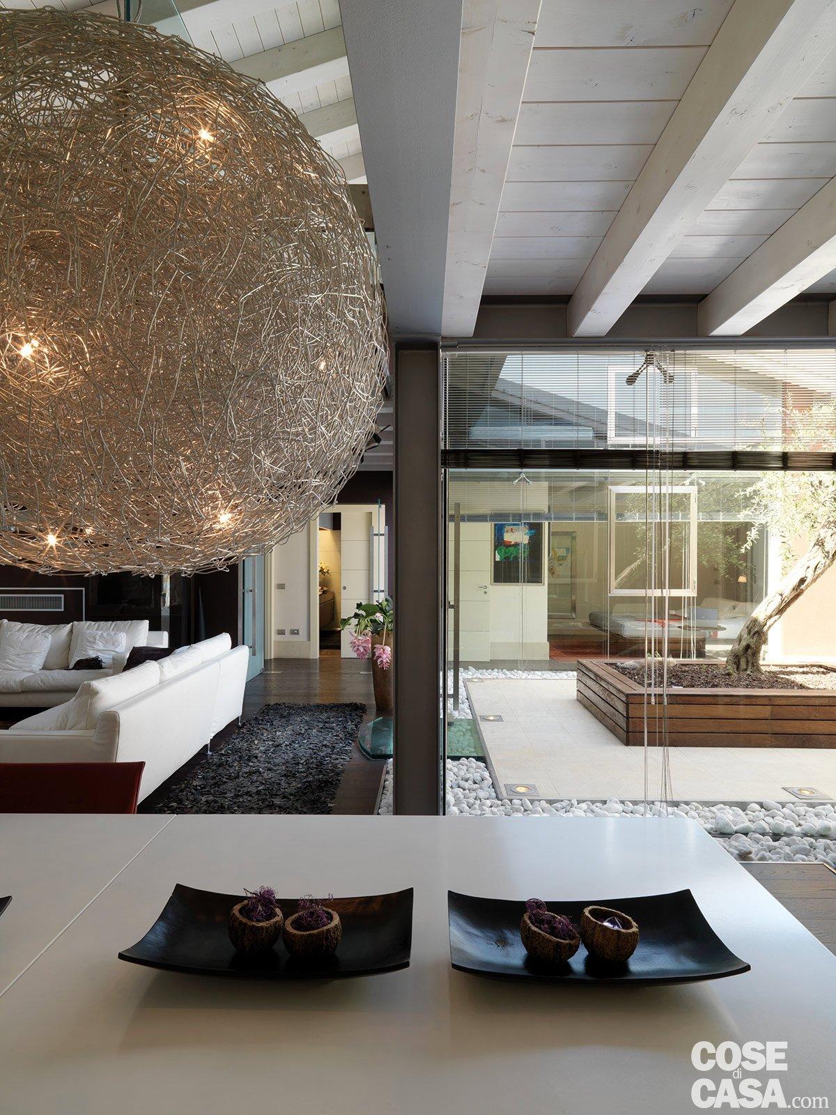 Una casa con un patio centrale che illumina e collega ...