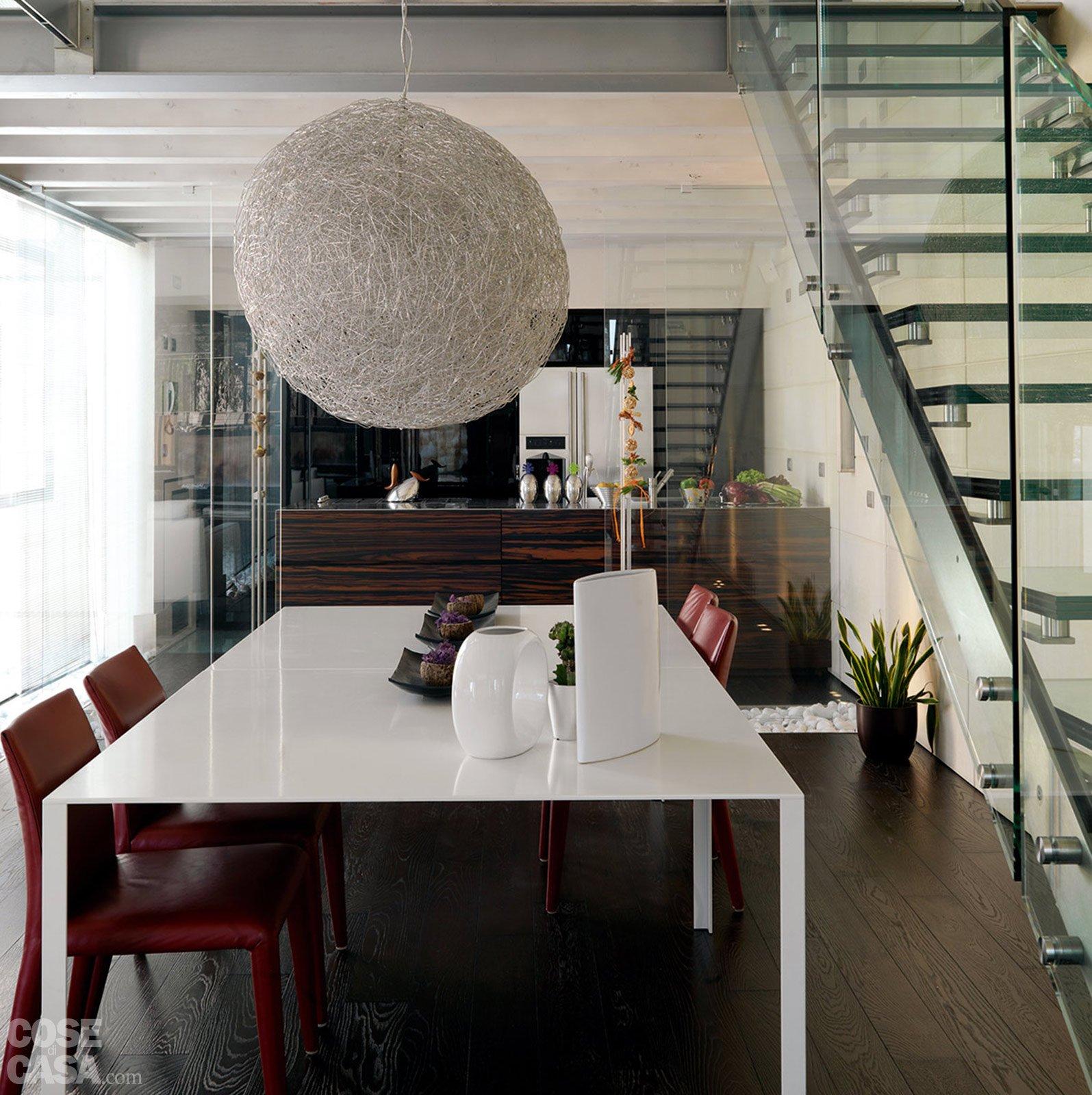 Una casa con un patio centrale che illumina e collega cose di casa for Soggiorno arredato