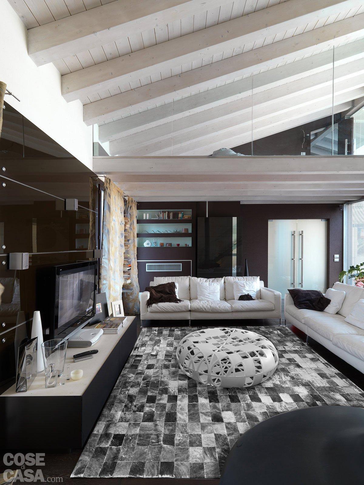 Una casa con un patio centrale che illumina e collega for Case arredate moderne foto
