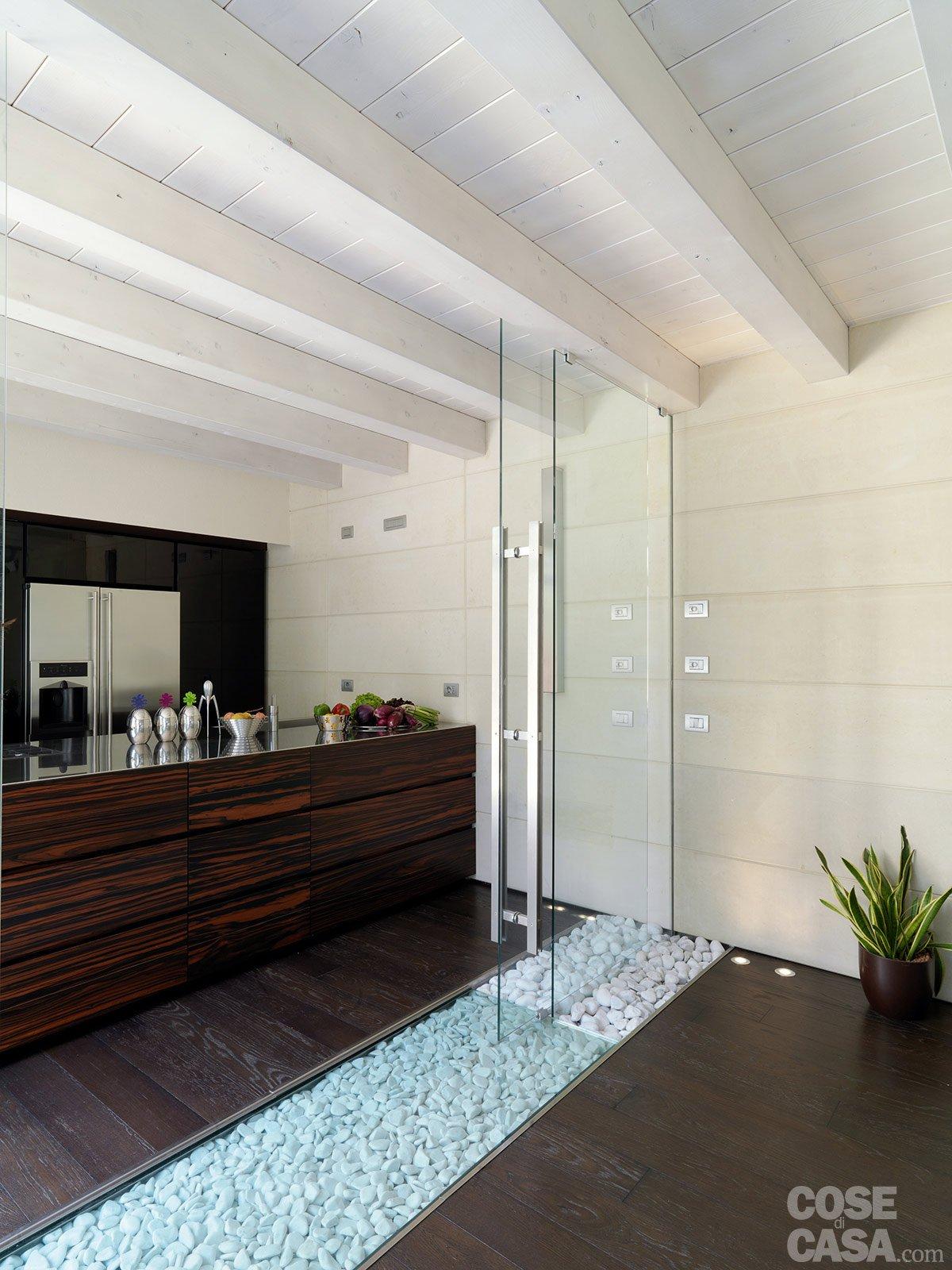 Una casa con un patio centrale che illumina e collega for Case con vetrate