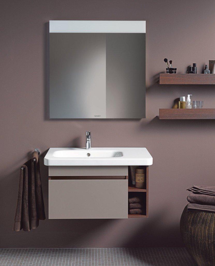 Ha finitura castagno scuro e grigio basalto opaco il mobile lavabo sospeso della serie DuraStyle di Duravit. Dotato di un cassettone e 2 ripiani a giorno, misura L 73 x P 44,8 x H 39,8 cm. Prezzo 647 euro. www.duravit.it
