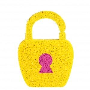 La spugna Spongy di E-my a forma di lucchetto si può impugnare e infilare nel braccio. Misura 20 x 3 x 27 cm. Prezzo 4 euro. www.e-my.com