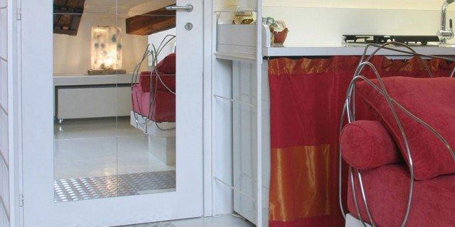 45 mq: una casa in bianco e rosso