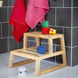 Lo sgabello-scaletta Molger di Ikea è in legno di betulla. Misura 41 x 44 x H 35 cm. Prezzo 24,50 euro. www.ikea.it