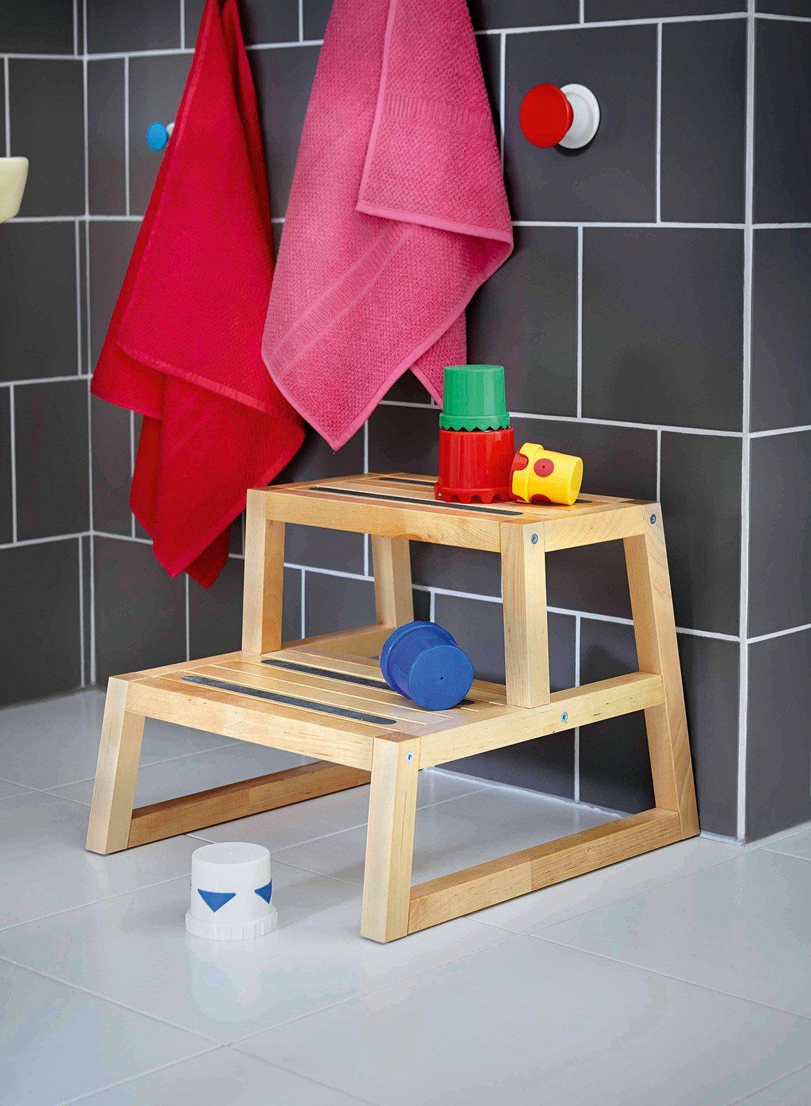 Un bagno a misura di bambino cose di casa for Sgabello legno ikea