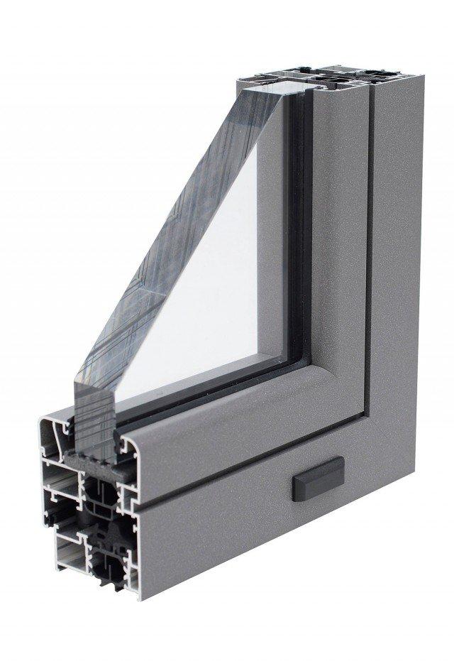 """È in lega di alluminio, con sezione 65 x 62 mm per il telaio e 74,5 x 75,3 mm per l'anta, l'infisso Master di Nusco, con vetri basso emissivi che raggiunge Uw di 1,7 W/m2K.La tenuta è garantita daprofilati a taglio termico, ovvero interrotti grazie all'interposizione di listelli separatori che risolvono il """"ponte termico"""", portando a un valore basso la conduttività termica. www.nuscoporte.com"""