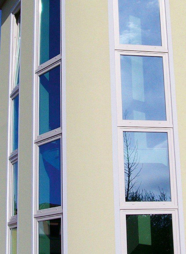 In pvc con sistema da 80 mm a sei camere con guarnizione centrale, i serramenti Eighty di Risposta Serramenti possono arrivare al valore Uw 0,9 W/m²K secondo il tipo di vetro. www.rispostaserramenti.it.