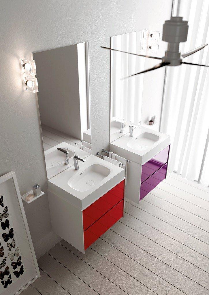 Il mobile lavabo InsideOut di Teuco è realizzato con due cassetti sovrapposti in legno laccato nei colori ciliegia e viola, mentre il top e i fianchi sono in Duralight® bianco. È abbinato al lavabo d'appoggio Outline sempre in Duralight®. Il colore dei mobili è personalizzabile scegliendo tra la gamma di colori RAL o Pantone. Il mobile lavabo misura L 72,6 x P 54 x H 51,8 cm. Prezzo della composizione mobile lavabo e lavabo da appoggio, esclusi rubinetteria, accessori e specchiere, 2.903,60 euro. www.teuco.it