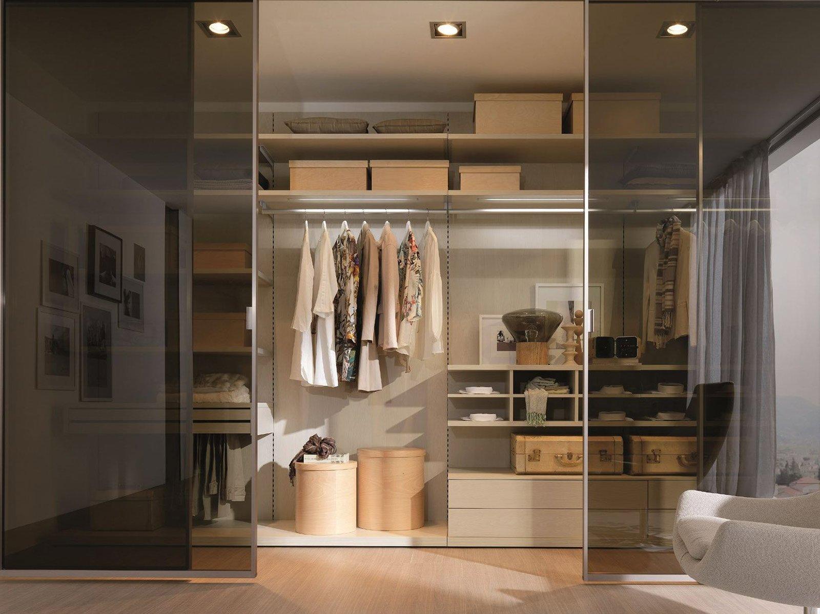 foto cabina armadio dietro al letto in diagonale