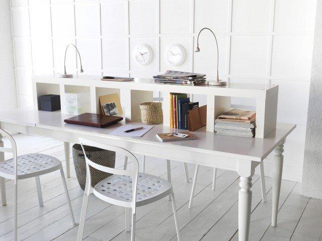 Spazio per due con Ingatorp di Ikea, il tavolo allungabile laccato bianco che offre un'ampia superficie di lavoro senza giunzioni. Misura L 155/215 x P 87 x H 74 cm. Prezzo 269 euro. Al centro trova posto Lack, uno scaffale posizionato orizzontalmente che crea dei vani per archiviare carte e appunti, misura L 190 x P 28 x H 30 cm e costa 52,50 euro. Le lampade da lavoro a Led JansjÖ hanno il braccio regolabile e misurano ø 12 x H 60 cm, prezzo 9,99 euro cad. www.ikea.it